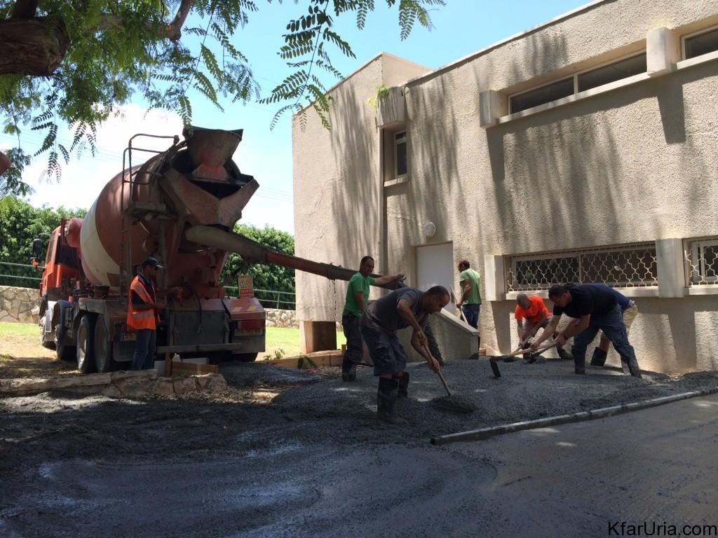 עבודות מתנדבים כפר אוריה יציקת בטון