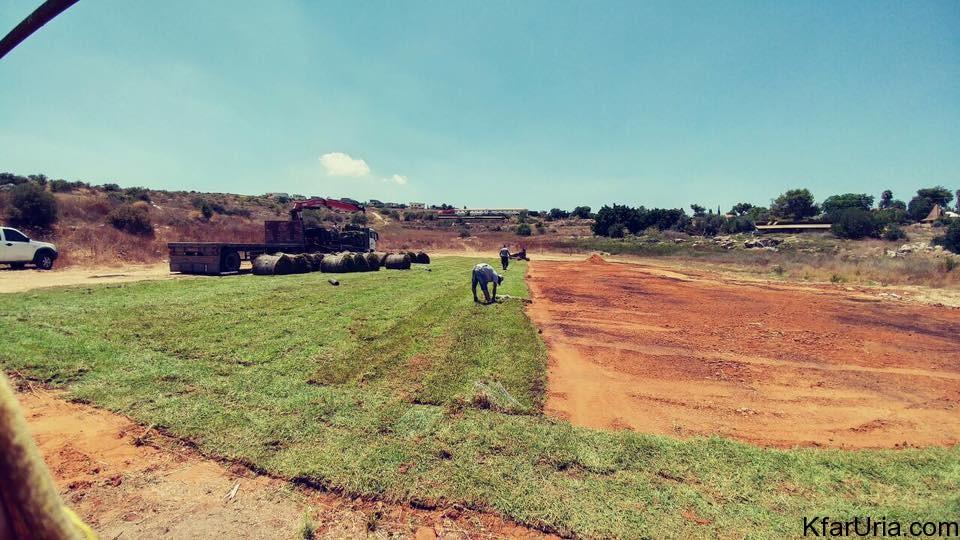 מקימים מגרש כדורגל בכפר אוריה 2016 1