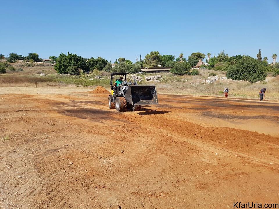 מקימים מגרש כדורגל בכפר אוריה 2016 3
